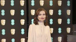 Herečka Isabelle Huppert v šatách Chloé.