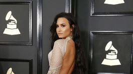 Speváčka Demi Lovato ukázala chrbát v modeli od Juliena MacDonalda.
