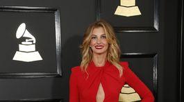 Speváčka Faith Hill si obliekla červené šaty Zuhair Murad.