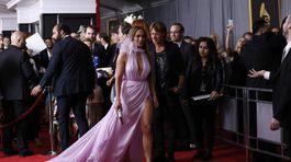 Speváčka Jennifer Lopez stavila na lila róbu Ralph & Russo Couture.