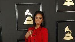 Speváčka Mya v nohavicovom kostýme Styland.
