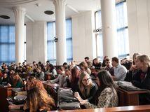 študenti, UK, Univerzita, prednáška, sála