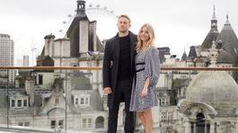 Charlie Hunnam a Sienna Miller