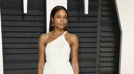 Nominovaná Naomie Harris šla z bielej do bielej.