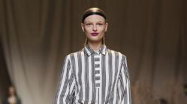 Modelka v šatách z kolekcie H&M Studio Jar-Leto 2017 v Paríži.