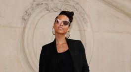 Hudobníčka a speváčka Alicia Keys pózuje fotografom.
