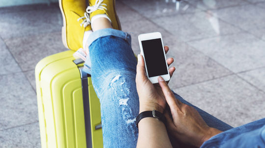 cestovanie, dovolenka, turista, kufor, mobil, telefón, smartfón, aplikácia, internet, letisko, stanica, čakáreň, čakanie