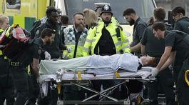 Útok v Londýne, londýn, zranený človek, zranenie, sanitka,