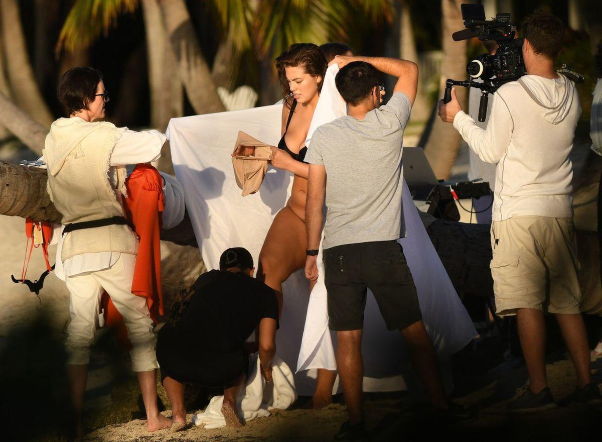 Topmodelka Ashley Graham fotila na Floride. Prezliekanie pod holým nebom zaujímalo najmä papaprazzov.