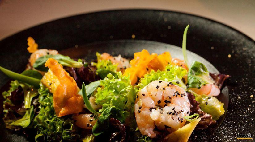 šalát s krevetami a karamelizovaným ananásom
