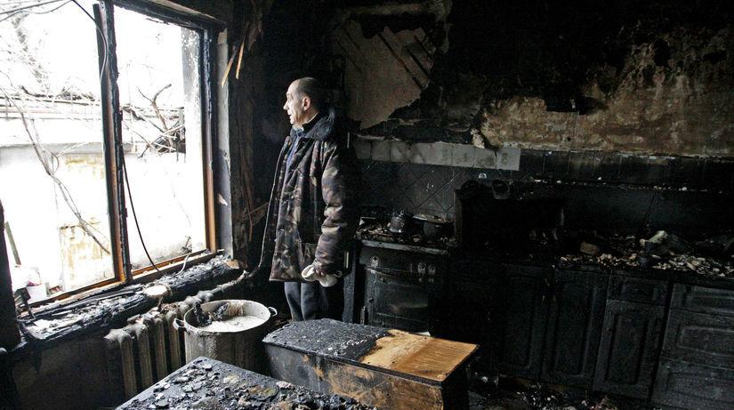 muž, dom, zničený dom, požiar, Doneck, Donbas