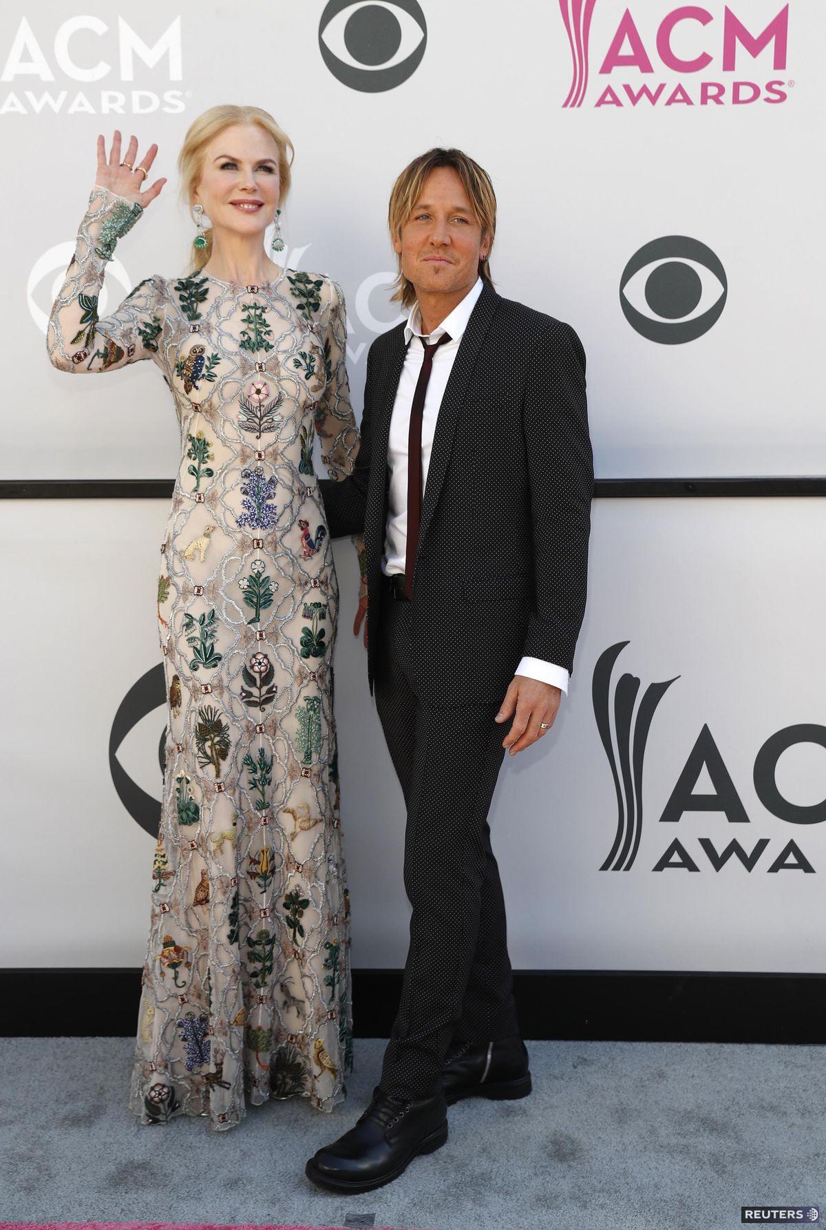 Nicole Kidman v šatách od Alexandra McQueena a jej manžel Keith Urban