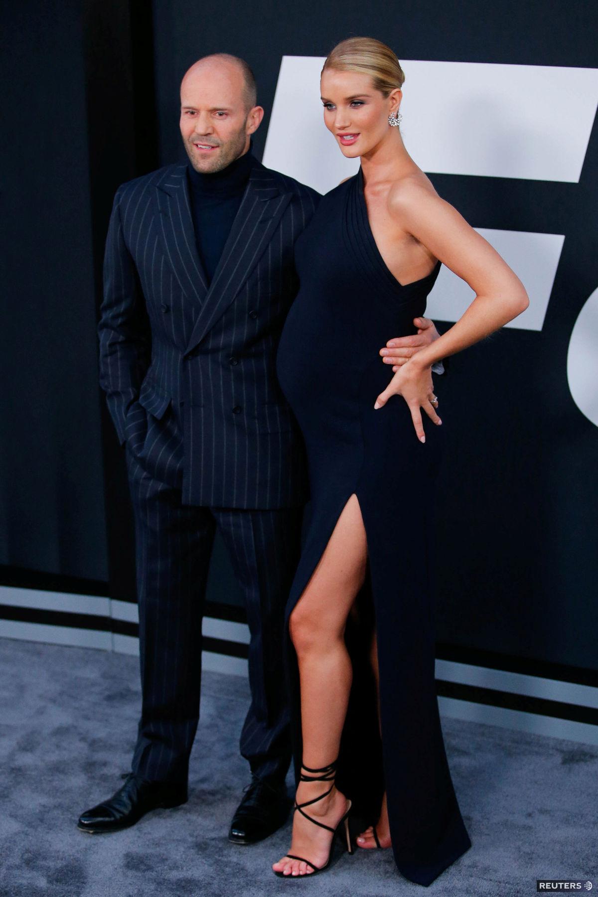 Jason Statham a Rosie Huntington-Whiteley na premiére filmu Rýchlo a zbesilo 8 v New Yorku.
