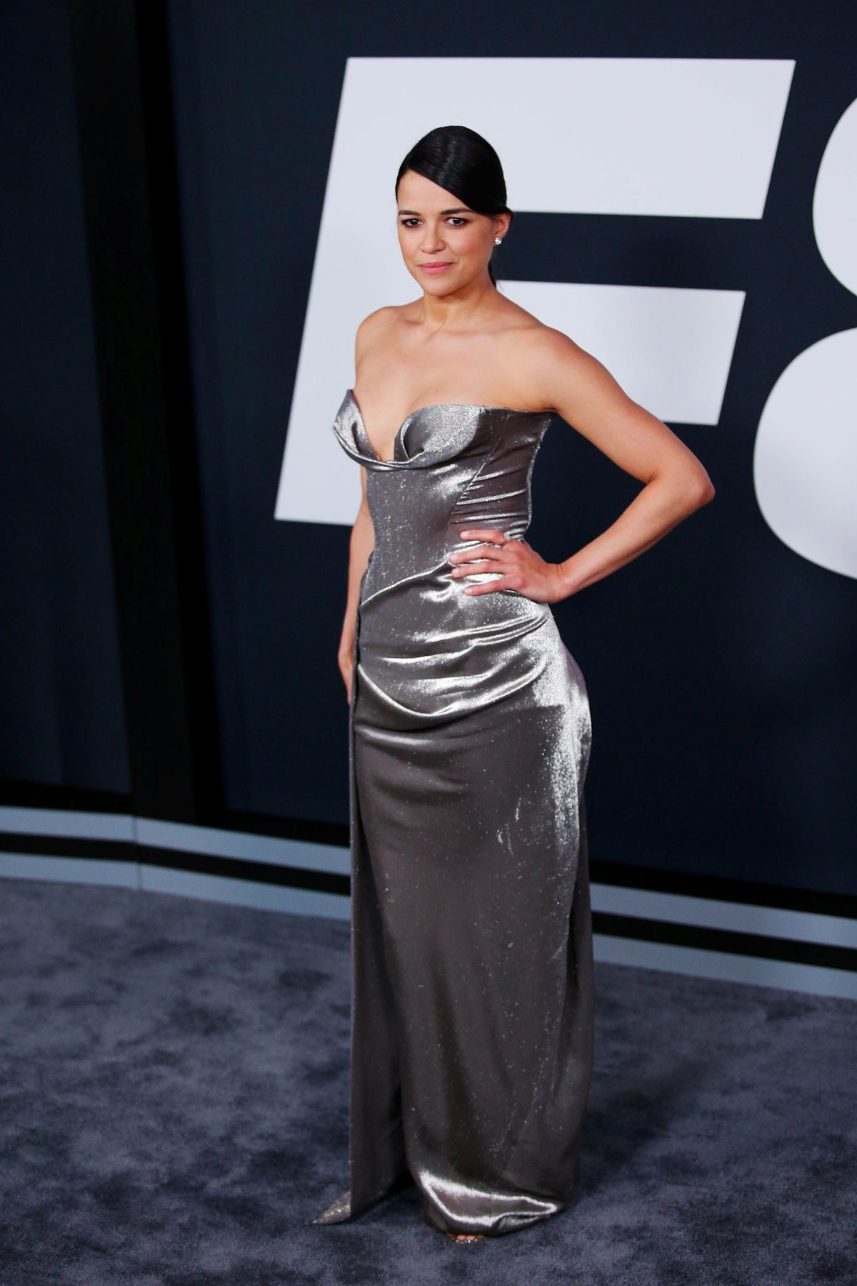 Michelle Rodriguez  na premiére filmu Rýchlo a zbesilo 8 v New Yorku v šatách Vivienne Westwood.