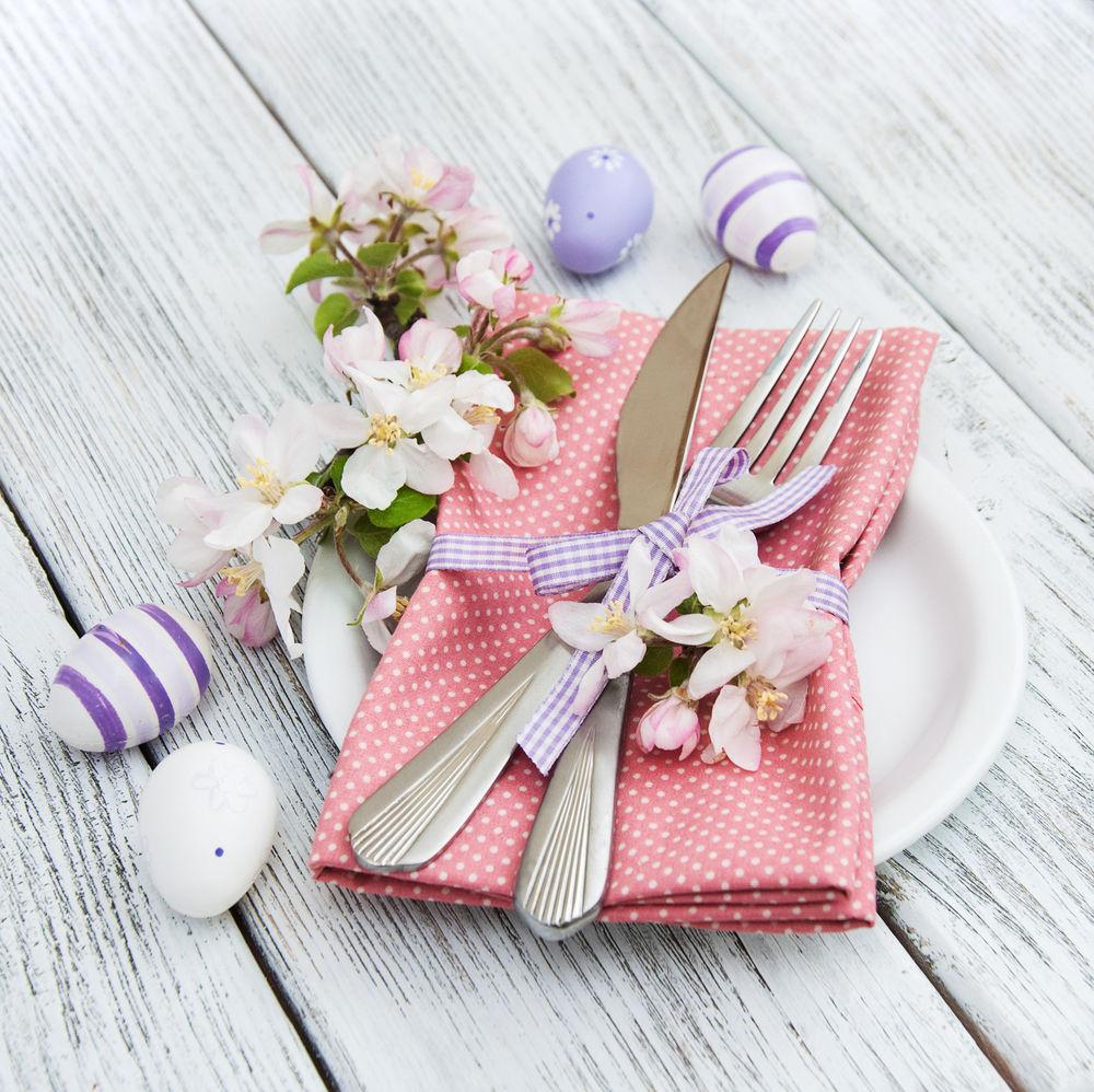 Jemná ružová, ktorú zvýrazňujú biele bodky, je v kombinácii s bielymi kvetmi a pruhovanými vajíčkami v odtieňoch fialovej. Veľkonočná kombinácia, ktorá prekvapí originalitou.