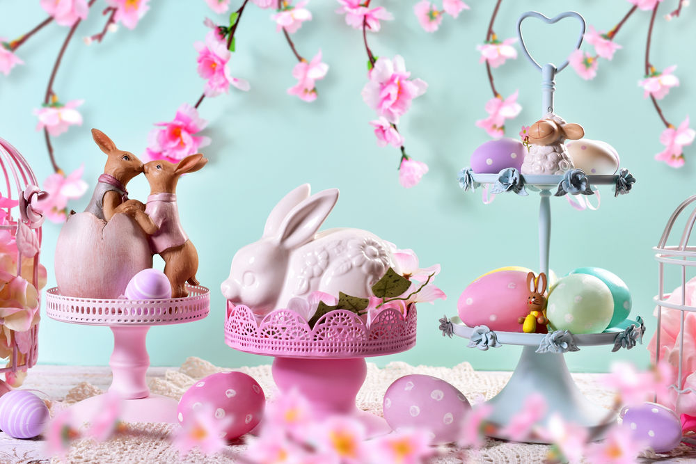 Niečo pre odvážnych! Táto veľkonočná dekorácia chce nielen fantáziu, ale aj čas, aby ste sa vyhrali s množstvom dekorácií v odtieňoch ružovej a fialovej. Ale výsledok stojí za to.