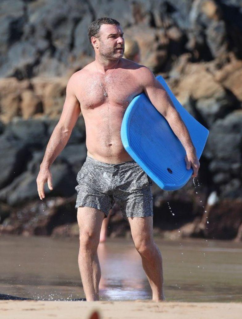 Herec Liev Schreiber sa na havajskom ostrove Maui zabával so svojimi dvoma synmi. A predviedol ukážkovú postavu.