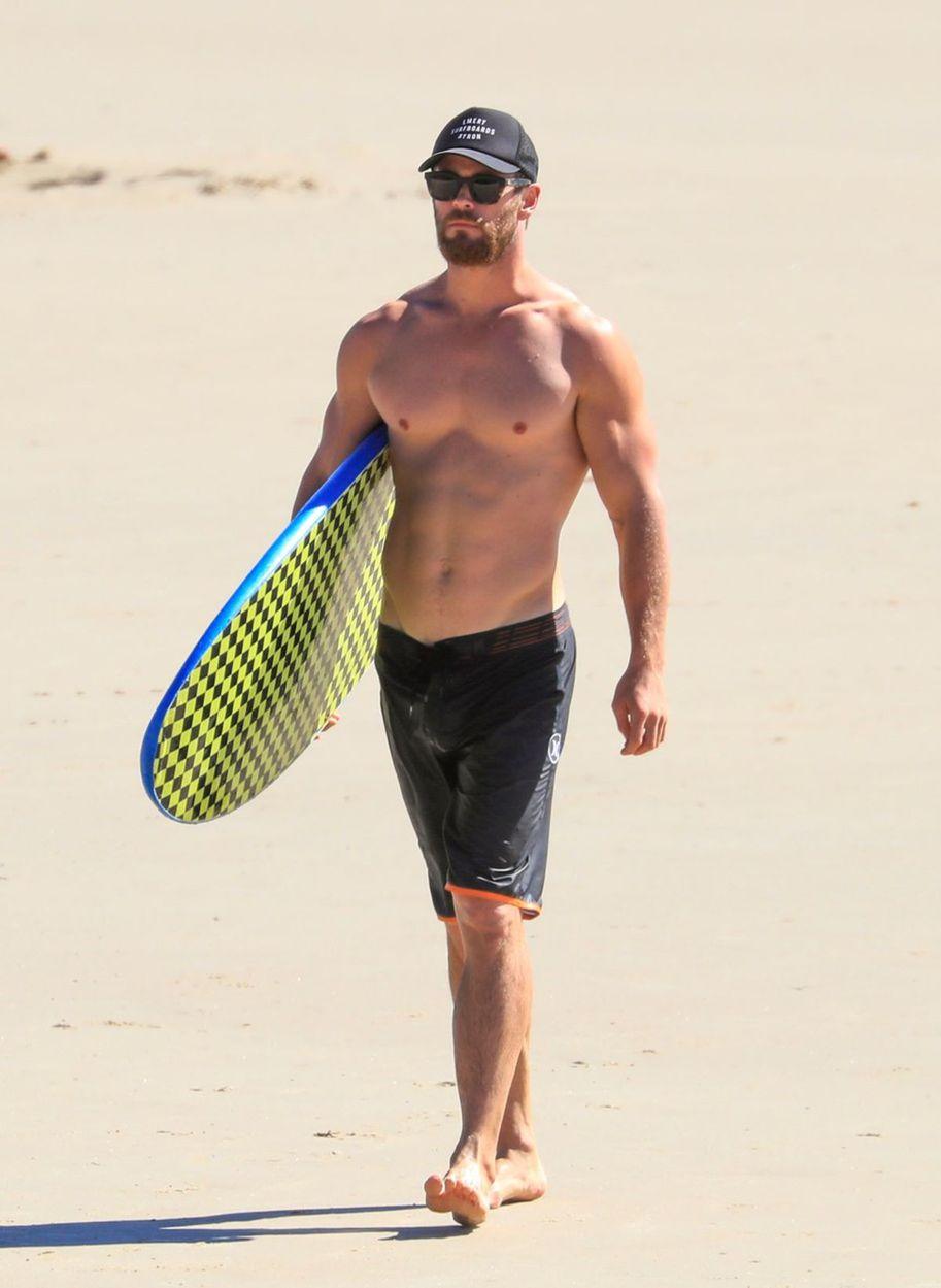 Chris Hemsworth na austrálskej pláži Byron Bay.