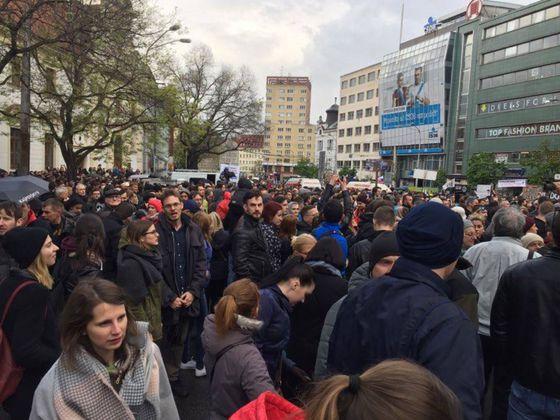 Protestujúci na Námestí SNP v Bratislave.
