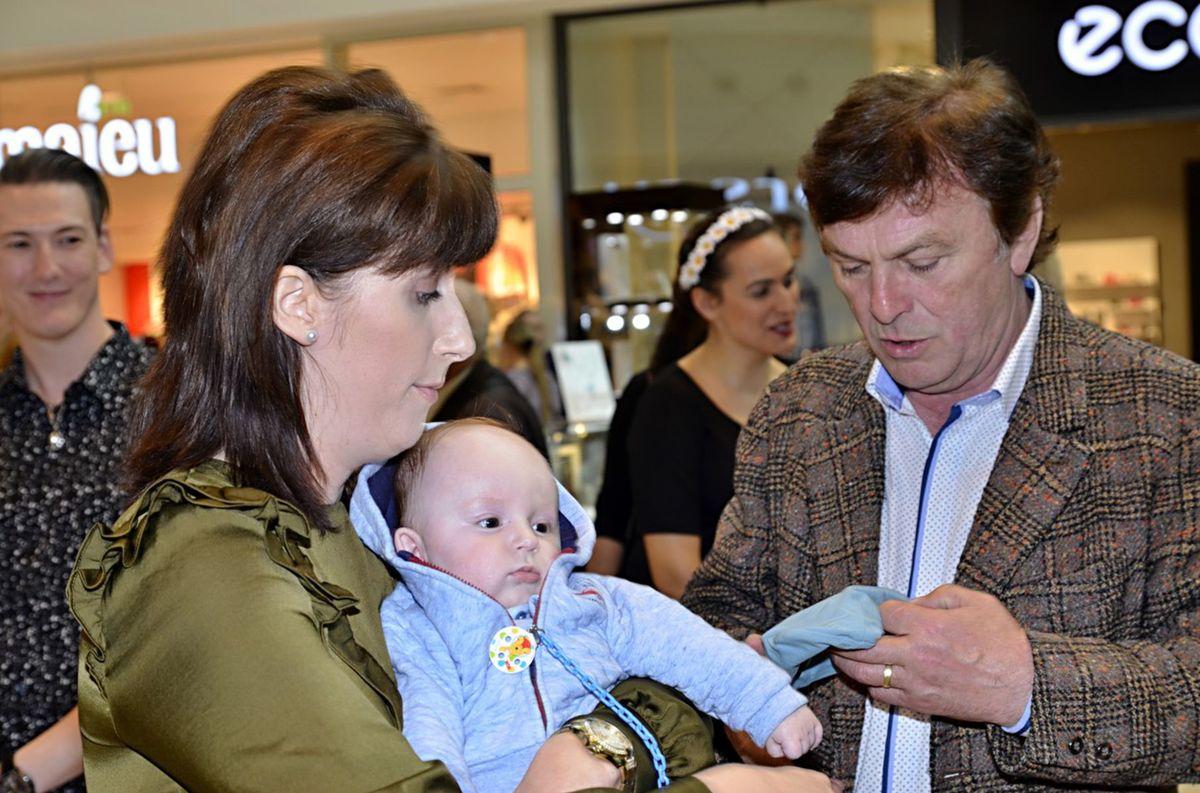 Pavel Trávníček so synom a manželkou počas vernisáže Portréty osobností v Prahe.