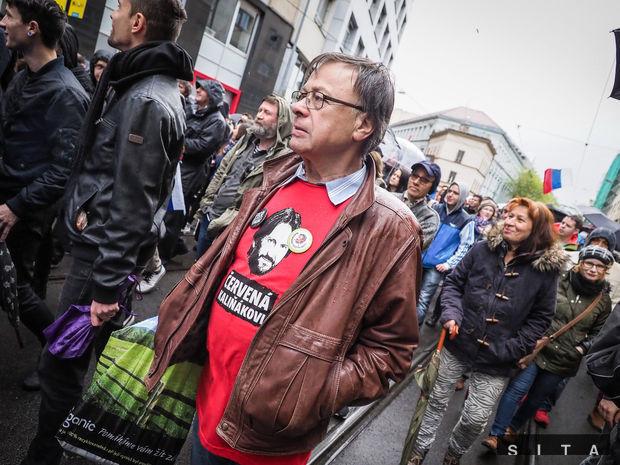 Účastníci protikorupčného pochodu študentov na Hviezdoslavovom námestí. Pochod je organizovaný nezávislými študentmi.