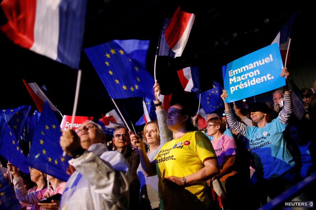Stúpenci krajnej pravičiarky Marine Le Penovej a podporovatelia centristického politického nováčika Emmanuela Macrona. Títo dvaja kandidáti majú podľa prieskumov najväčšie šance na postup do druhého kola prezidentských volieb vo Francúzsku.
