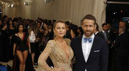 Herečka Blake Lively (v kreácii Atelier Versace) a jej manžel Ryan Reynolds.