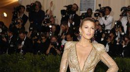 Herečka Blake Lively v kreácii Atelier Versace.
