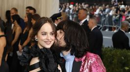 Herečka Dakota Johnson a dizajnér značky Gucci Alessandro Michele.