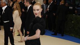 Herečka Kate Bosworth v šatách Tory Burch.