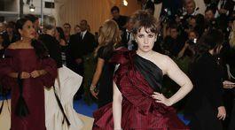 Herečka Lena Dunham v pompéznej róbe od Elizabeth Kennedy.
