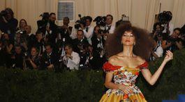 Herečka Zendaya v šatách Dolce & Gabbana.