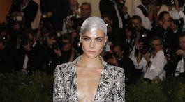Modelka a herečka Cara Delevingne v kreácii Chanel Haute Couture.