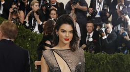 Modelka Kendall Jenner v odvážnej kreácii La Perla Haute Couture.