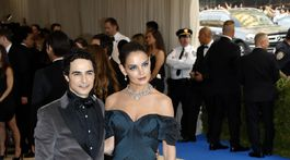 Módny dizajnér Zac Posen a herečka Katie Holmes, ktorú obliekol.