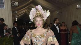 Očarujúca Haley Bennett v šatách Dolce & Gabbana.