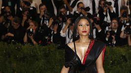 Raperka Nicki Minaj prišla v kreácii H&M.