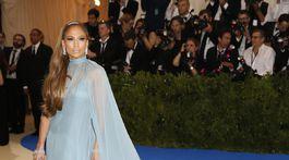 Speváčka a herečka Jennifer Lopez v kreácii Valentino.