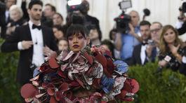 Speváčka Rihanna prišla v kreácii Comme des Garcons.