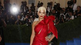 Speváčka Rita Ora prišla v kreácii Marchesa.