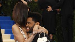 Spevák The Weeknd objíma svoju partnerku Selenu Gomezovú.