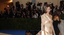Topmodelka Gigi Hadid v kreácii Tommy Hilfiger.