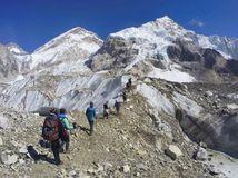 Pod vrcholom Everestu našli štyri mŕtve telá