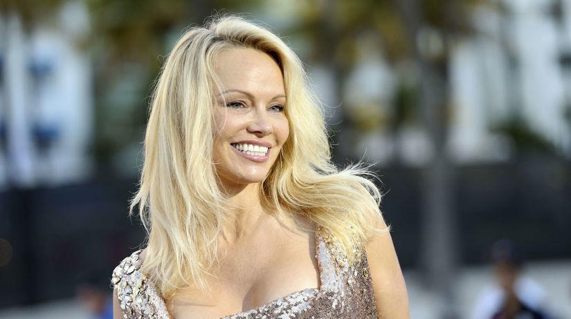 Herečka Pamela Anderson na premiére nechýbala.
