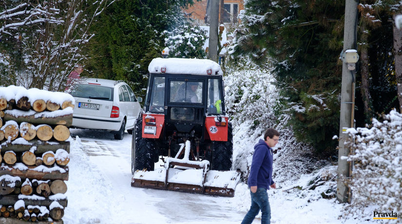 sneh, traktor, drevo