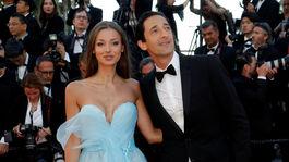 Herec Adrien Brody a jeho snúbenica Lara Lieto.