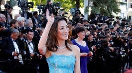 Herečka Michelle Yeoh v žiarivej tyrkysovej róbe.