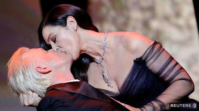 Monica Bellucci dáva vášnivý bozk hercovi...