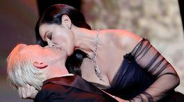 Monica Bellucci dáva vášnivý bozk hercovi Alexovi Lutzovi