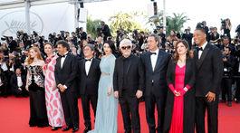 Pedro Almodovar (štvrtý sprava) a členovia poroty - zľava Maren Ade, Jessica Chastain, Fan Bingbing, Agnes Jaoui, Park Chan-wook, Will Smith, Paolo Sorrentino a Gabriel Yared.